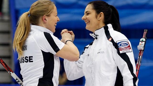 Binia Feltscher (rechts) jubelt zusammen mit Irene Schori.
