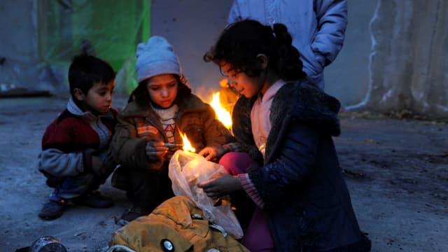Kinder verbrennen Plastiksäcke.