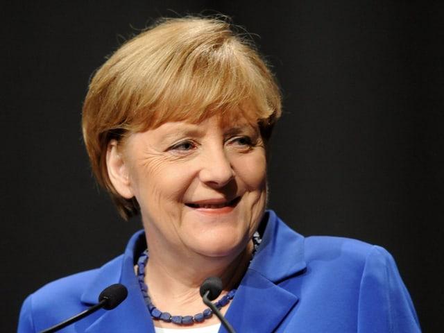 Angela Merkel lacht. Ja, tatsächlich.