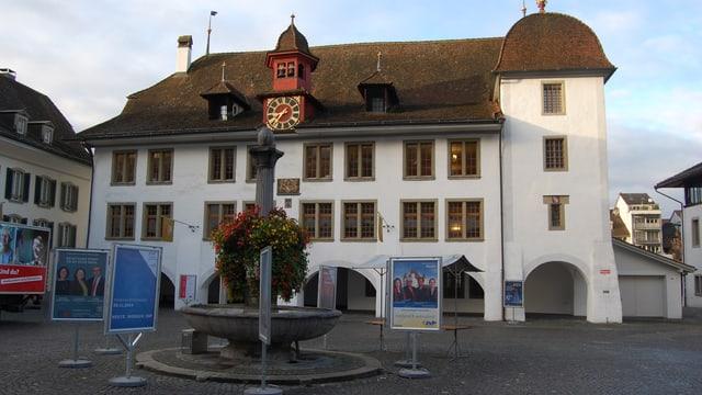 Thuner Rathausplatz mit Wahlkampfplakaten rund um den Brunnen. Im Hintergrund das Rathaus.