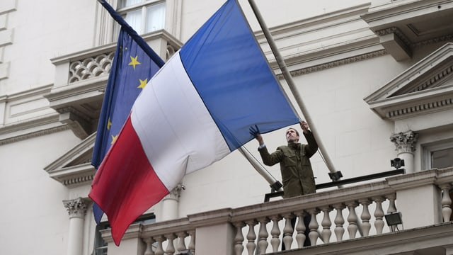 Symbolbild: Frankreich- und EU-Fahne.