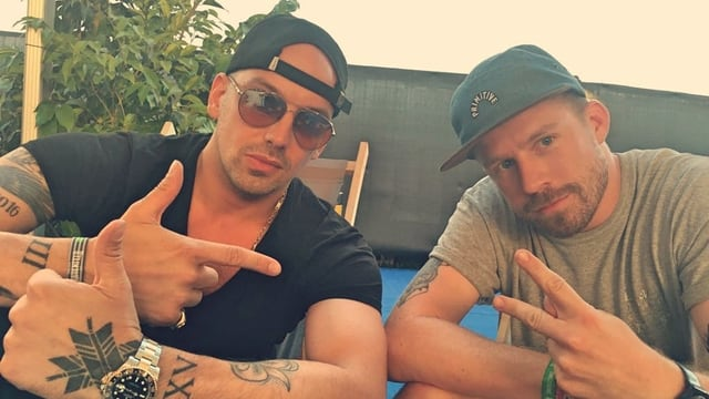 Rapper Raf Camora und Moderator Mauro Wolf posieren