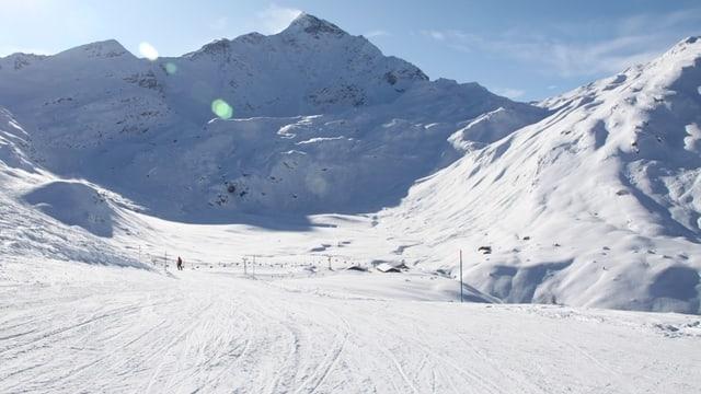 En il territori da skis da Spleia cun vista sin il Piz Tambo.