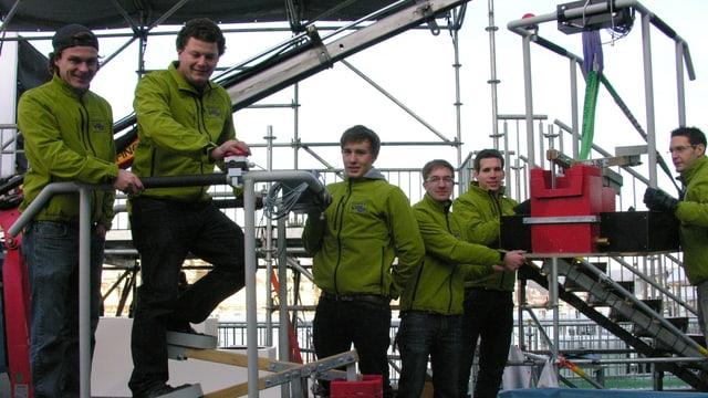 Sechs Studenten mit grüner Jacke auf dem Eruopaplatz.