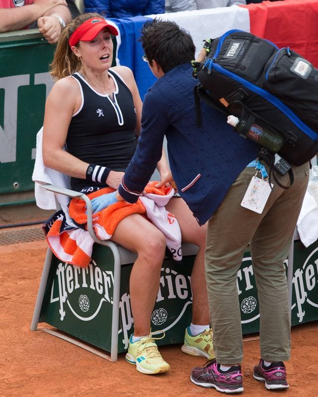 Die Französin Alize Cornet sitzt auf einem Stuhl.
