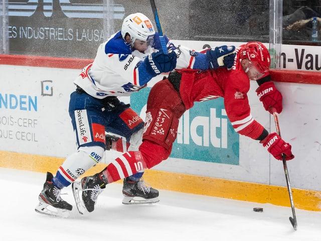 Die ZSC Lions und Lausanne schenkten sich in Spiel 1 nichts.