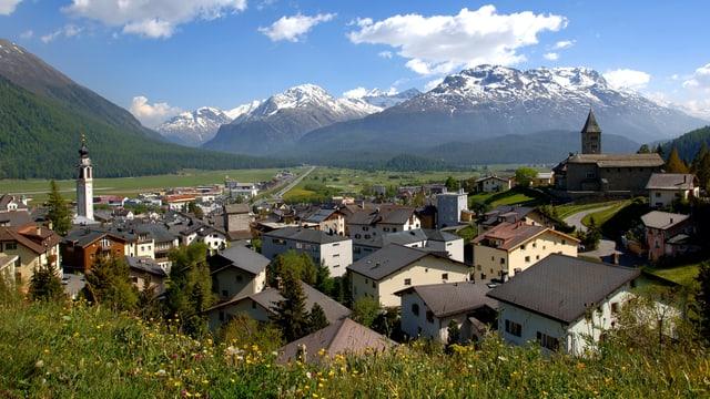 La vischnanca da Samedan cun vista sin il massiv dal Bernina