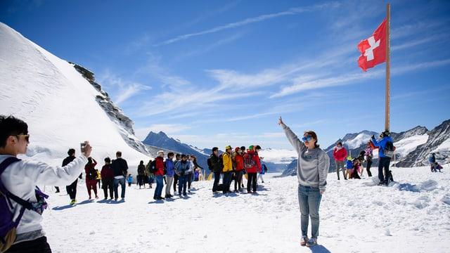 Touristen im Schnee auf dem Jungfraujoch.