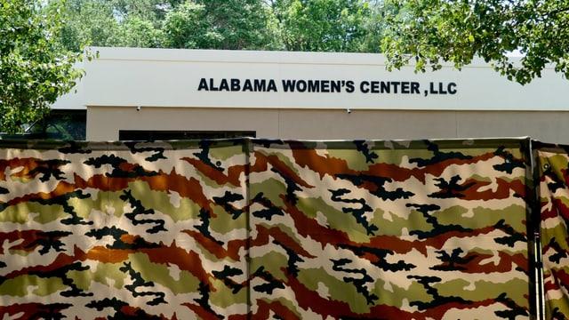 Camouflage-Barrikade der Klinik zum Schutz der Patientinnen