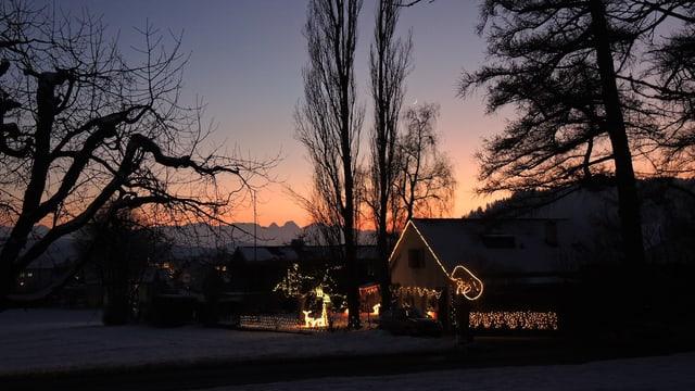 Abendstimmung mit Weihnachtsbeleuchtung