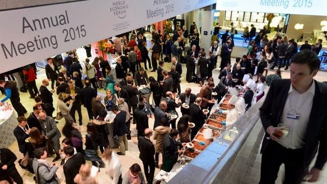 Blick von oben auf Raum mit vielen WEF-Teilnehmenden
