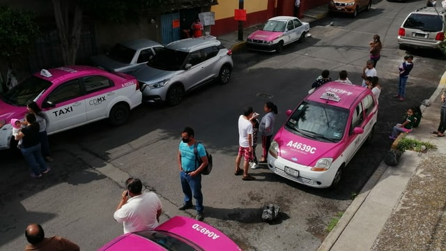 Leute verlassen ihre Häuser in Oaxaca