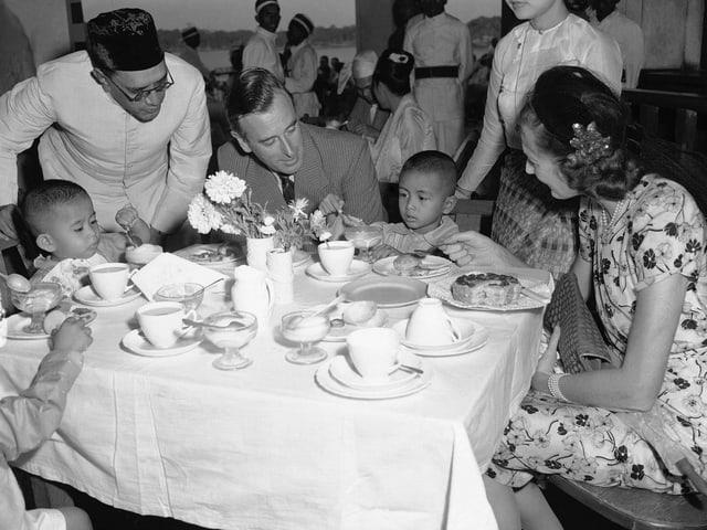 Aung San Suu Kyi als zweijährige 1948 mit dem englischen Gouverneur von Indien.