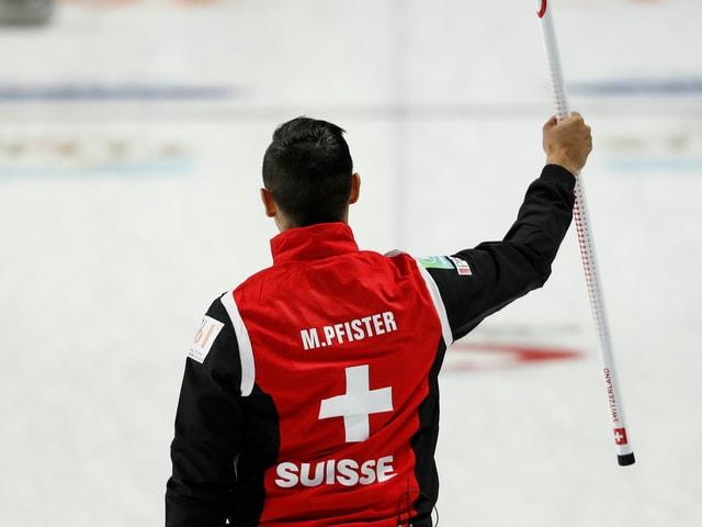 Der Schweizer Skip Marc Pfister darf sich freuen.