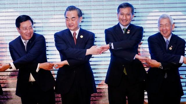 Die Aussenminister Vietnams, Chinas, Singapurs und der Staatssekretär der Philippinen geben sich die Hand.