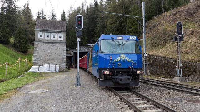 Ein Zug fährt aus dem Albulatunnel.