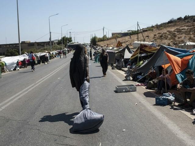 Migranten haben nothalber Zelte am Strassenrand errichtet.