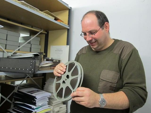 Stolzer Stadtarchivar Roman Sigg mit einer der gefundenen Filmrollen von Kurt Früh.