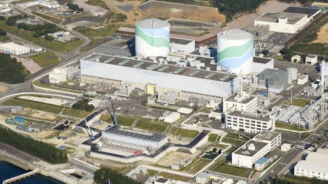 Luftaufnahme der Anlage Sendai mit zwei grossen zylinderförmigen Reaktorgebäuden.