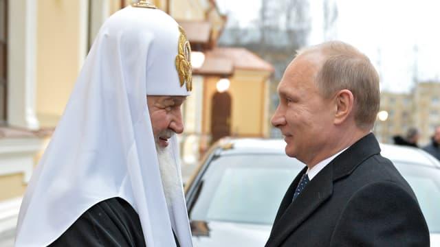 Patriarch Kyrill und Wladimir Putin stehen sich gegenüber.