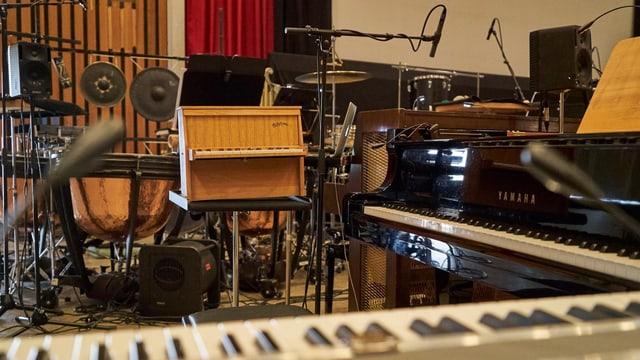 Ein Raum mit vielen Instrumenten.