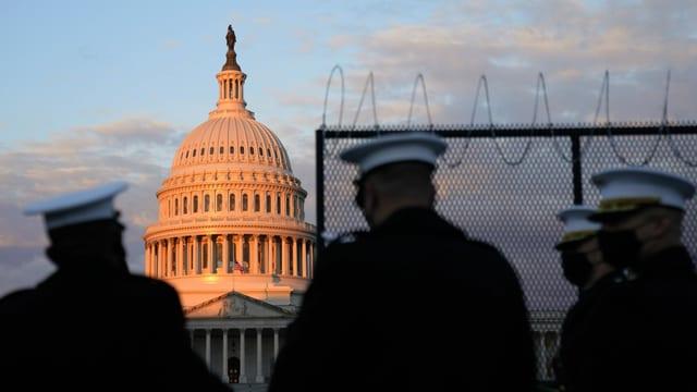 Militärangehörige vor dem Kapitol in Washington
