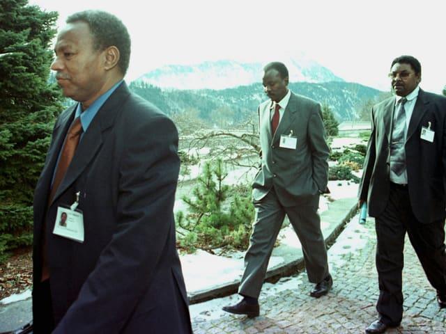 Drei Afrikaner in Anzügen auf dem Bürgenstock.