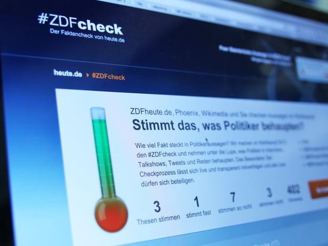 Auf einem Bildschirm ist die Internetseite «ZDF Check» zu sehen. Neben einem Barometer steht: «Stimmt es, was Politiker behaupten?»