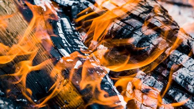 Holz, das zu Kohle wird und Flammen