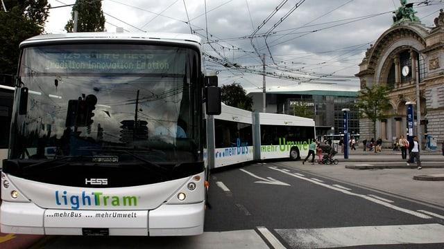 Doppelgelenkbus der vbl vor dem Torbogen beim Bahnhof Luzern