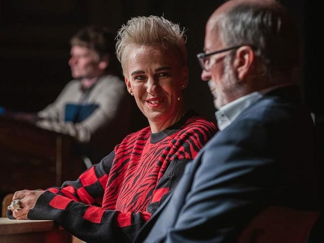 Unternehmerin Nadine Borter sitzt am Tisch und schaut zu Willy Michel