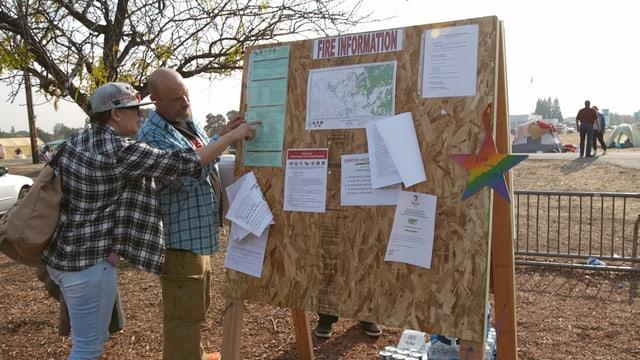 Feuerinformationen: eine Pinnwand mit Informationen für Betroffene