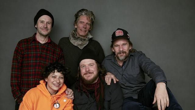 Fünf Personen posieren für ein Foto.