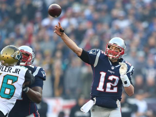 Tom Brady wirft im Spiel einen Pass.