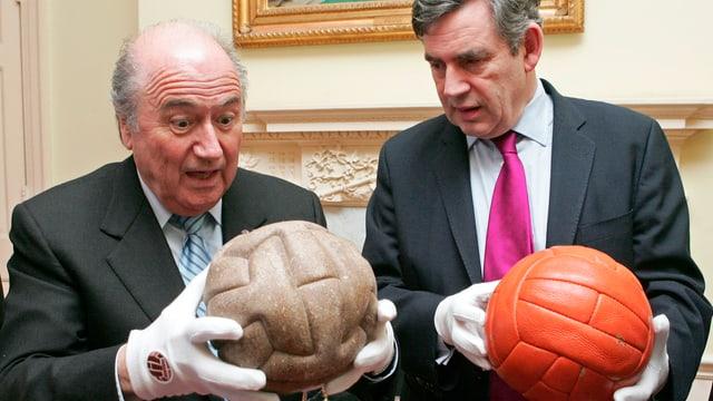 Sepp Blatter und Gordon Brown mit zwei WM-Bällen.