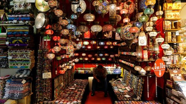 Ein Verkäufer wartet auf dem grossen Bazar auf Kundschaft.