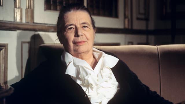Marguerite Yourcenar auf einem Sofa.