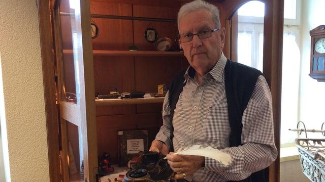 Fredy Zettel mit einem alten Tintenfass in der Hand.