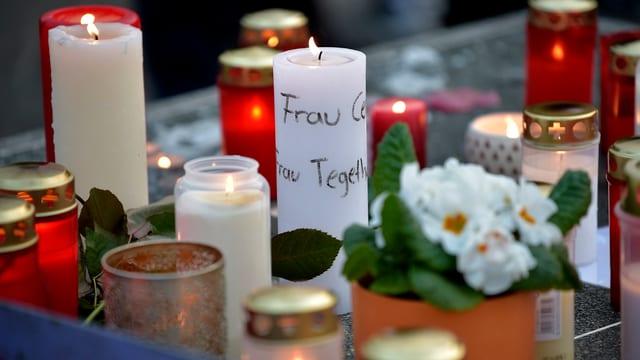 Trauer um die 16 Schüler und zwei Lehrer eines Gymnasiums in Nordrhein-Westfalen. Menschen haben Kerzen angezündet.