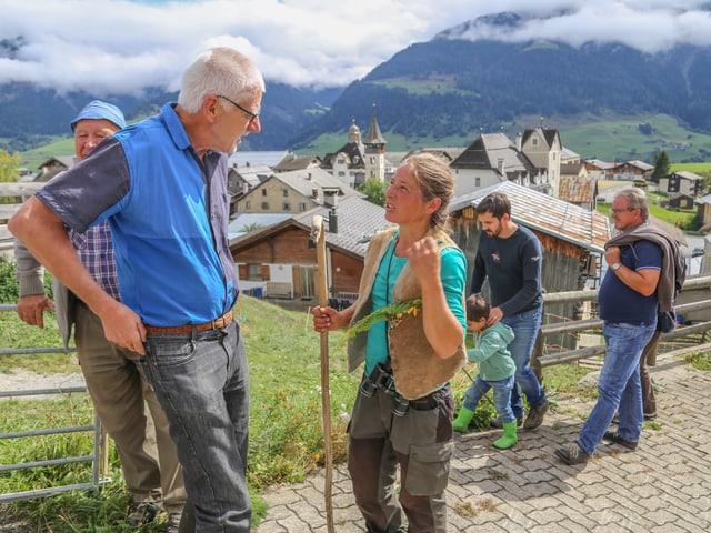 Pia Solèr en discurs cun il veterinari Erwin Vincenz.