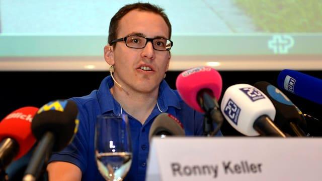 Der querschnittgelähmte Eishockeyspieler Ronny Keller anlässlich einer Pressekonferenz im Schweizer Paraplegiker Zentrum in Nottwil, am 13. Mai 2013.
