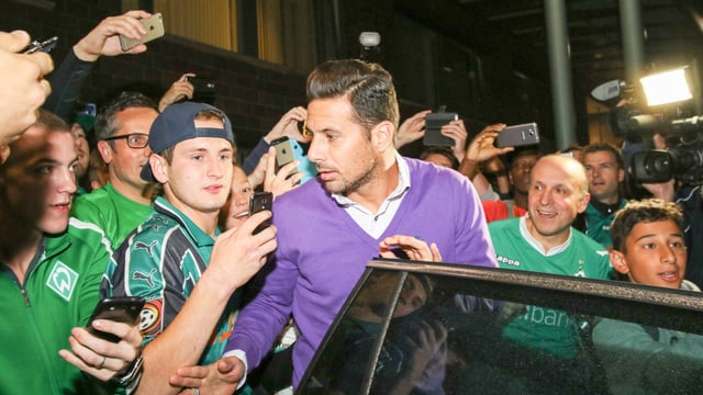 Claudio Pizarro bei seiner Ankunft am Bremer Flughafen.