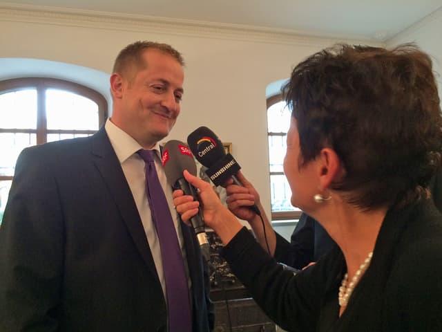 Der neugewählte Nationalrat Beat Arnold (SVP) im Wahlzentrum im Gespräch mit Journalisten.