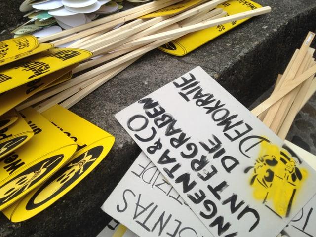 Gelbe Plakate