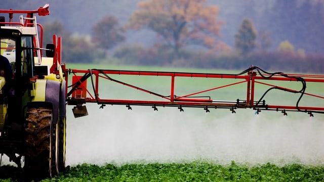 Symbolbild: Traktor verspritzt Pflanzenschutzmittel.