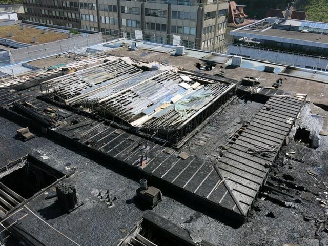 Blick auf das Dach der Zuger Kantonalbank am Tag nach dem Brand.