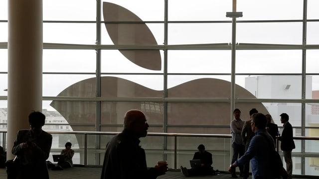 Logo von Apple im Hintergrund.