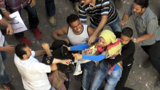 Handgemenge zwischen zwei Frauen mit Kopftuch und mindestens vier Männern auf dem Tahrir.
