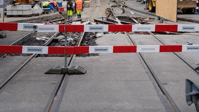 Sperrung und dahinter aufgerissene Gleise.