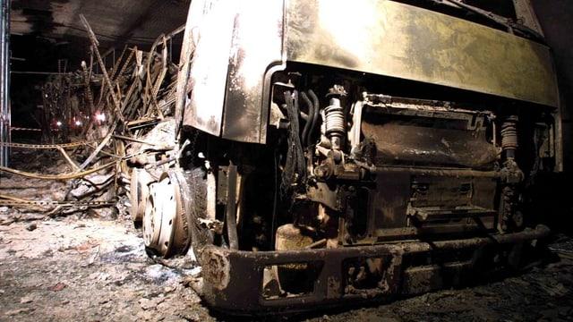 Zu sehen ist ein ausgebrannter Lastwagen.